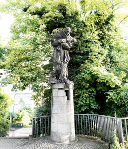 Auch der heilige Nepomuk gehört zum Stiftungs-Fundus der Jonges. Er wacht an der Oberkasseler Brücke.